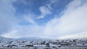 Snöig berg på vägen till Dundee Skottland Royaltyfria Foton