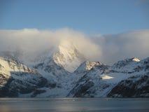Snöig berg skjuta i höjden in i molnen Royaltyfri Bild