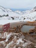 Snöig bergdal Arkivfoto