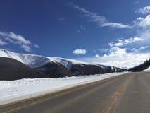 Snöig berghuvudväg Arkivbilder