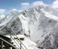 Snöig berglutningar på skidar semesterorten royaltyfri fotografi