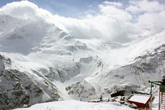 Snöig berglutningar på skidar semesterorten royaltyfria foton
