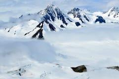 Snöig bergmaxima i molnen, Kluane nationalpark, Yukon Royaltyfri Foto