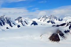 Snöig bergmaxima i molnen, Kluane nationalpark, Yukon Royaltyfri Bild