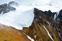 Snöig bergmaxima och klippor i den Kluane nationalparken, Yukon Arkivfoto
