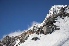 Snöig bergmaximum i hjärtan av glaciärnationalparken i Montana, USA Arkivfoto