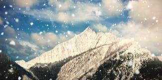 Snöig bergskedja mot blå himmel 3d Royaltyfri Bild