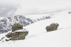 Snöig bergstenar Fotografering för Bildbyråer