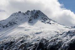 Snöig bergstopp Arkivfoto