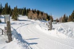 Snöig bergväg Arkivbild