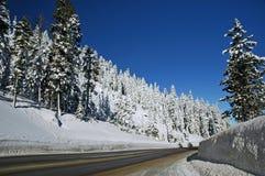 Snöig bergväg Royaltyfri Fotografi