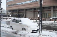 Snöig bil efter vinterstorm i Boston, USA på December 11, 2016 Arkivbild
