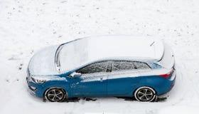 Snöig blå bil Royaltyfri Foto