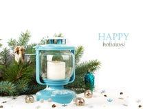 Snöig blå lykta och julbollar Arkivfoton