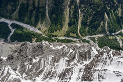 Snöig brant klippa över den Zebru dalen, Italien fotografering för bildbyråer