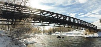 Snöig bro på en knaprig solig morgon Royaltyfri Bild
