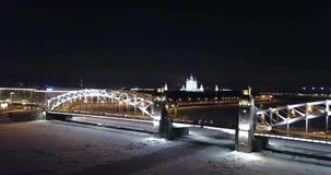 Snöig bro på natten i St Petersburg arkivfilmer