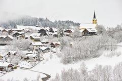 Snöig bylandskap Fotografering för Bildbyråer