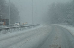 Snöig dålig väg i vinter Royaltyfri Bild