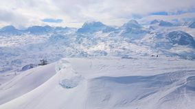 Snöig Dachstein fjällängar, Obertraun, Salzkammergut, Österrike lager videofilmer