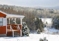 Snöig dag för vinterstuga i berg Royaltyfria Bilder