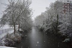 Snöig dag i Leamington Spa UK, sikt över Leam River, trädgårdar för pumprum - 10 december 2017 Arkivbild