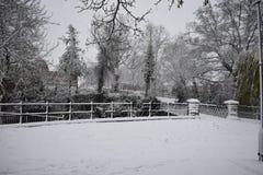 Snöig dag i Leamington Spa UK, sikt av den lilla bron över Leam River, trädgårdar för pumprum - 10 december 2017 Arkivbild