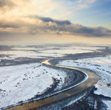 Snöig dag på floden, bästa sikt Fotografering för Bildbyråer
