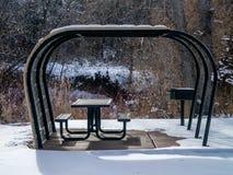 Snöig dolt parkerar bänken och gallret Royaltyfri Bild