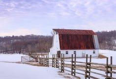 Snöig fält med ladugården i Virginia Piedmont Arkivfoton
