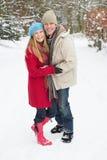 snöig gå skogsmark för par Fotografering för Bildbyråer