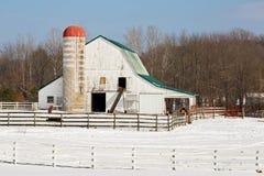 Snöig gårdsplan Arkivbild