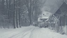 Snöig gata av bergstaden, snökatastrof Vinterlandskap med fallande snö