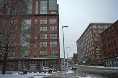 Snöig gata efter vinterstorm i Boston, USA på December 11, 2016 Arkivfoto