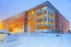 Snöig gata på vintertid Arkivbilder