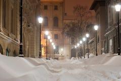 Snöig gränd på natten Royaltyfria Bilder