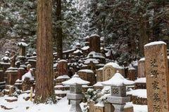 Snöig gravar i den Okunoin kyrkogården, Koyasan område i den Mount Koya regionen, UNESCOvärldsarv, Wakayama prefektur, Japan royaltyfri bild