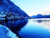 Snöig Hallstatt i Österrike fotografering för bildbyråer