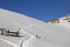 snöig husliggandeberg royaltyfri foto