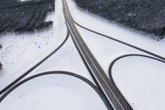 Snöig huvudväg för vinter med sikt för vägföreningspunkt från över arkivfoto