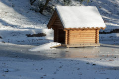Snöig hydda arkivbild