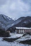 Snöig by i berg Royaltyfri Foto