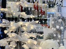 Snöig julgran och glödande girlander royaltyfri bild