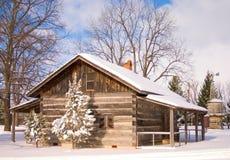 snöig kabin Arkivfoton
