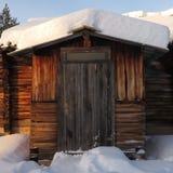 Snöig kabin i Lapland, Finland Arkivbilder