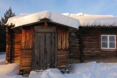 Snöig kabin i Lapland, Finland Royaltyfri Foto