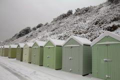 snöig klassiska engelska kojor för strand Arkivbilder