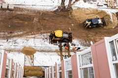 Snöig konstruktionsplats för bästa sikt med ny hyreshus royaltyfri bild