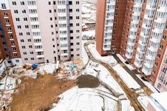 Snöig konstruktionsplats för bästa sikt med ny hyreshus arkivfoto