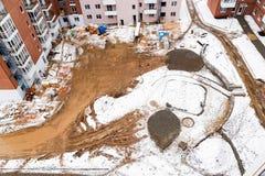 Snöig konstruktionsplats för bästa sikt med ny hyreshus fotografering för bildbyråer